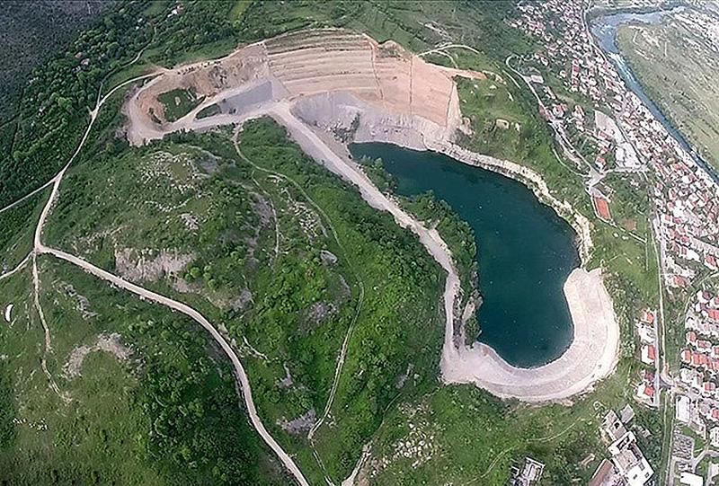 Fig. 11. Aerial view on the remaining pit Vihovići (06/2015). // Bild 11. Luftbildaufnahme Tagebaurestloch Vihovići (06/2015).