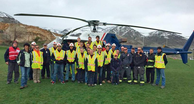 Fig. 2. Flight for Life Helicopter Trainings. // Bild 2. CSM-Grubenwehr am Hubschrauberlandeplatz.