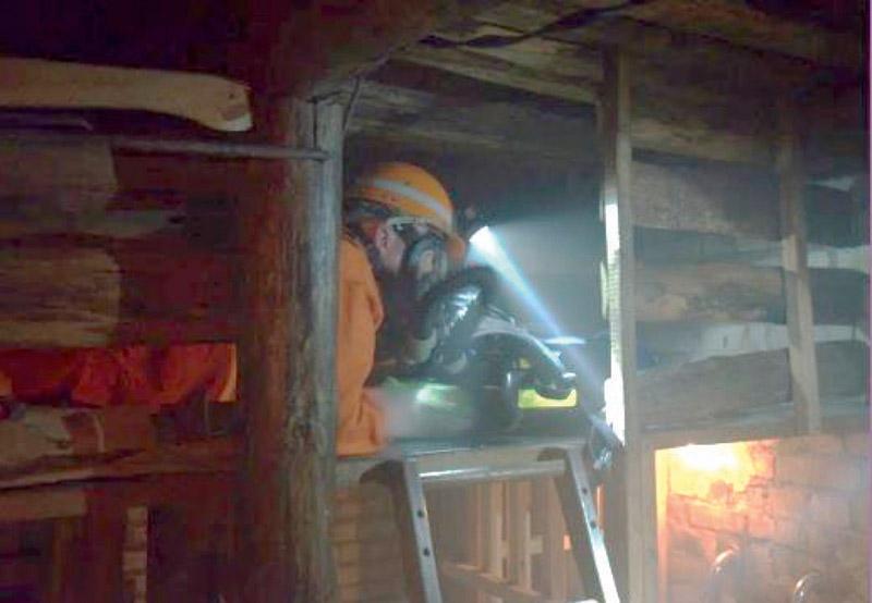 Fig. 2. Confined Spaces Training at BG RCI Central Mine Rescue Station. // Bild 2. Kriechstrecke in der BG RCI Hauptstelle.