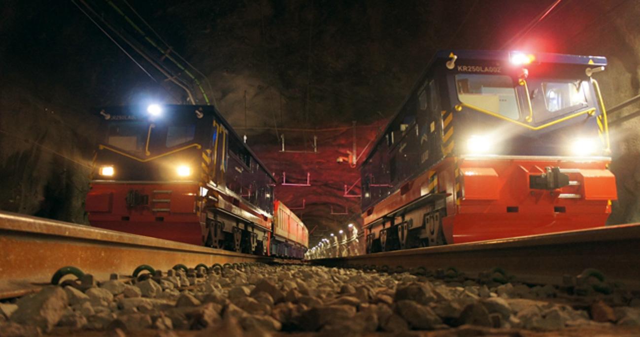 Fig. 2. Example of Schalke's full automated rail haulage system at LKAB Bild 2. Beispiel des vollautomatischen Schalke-Zugfördersystems bei LKAB
