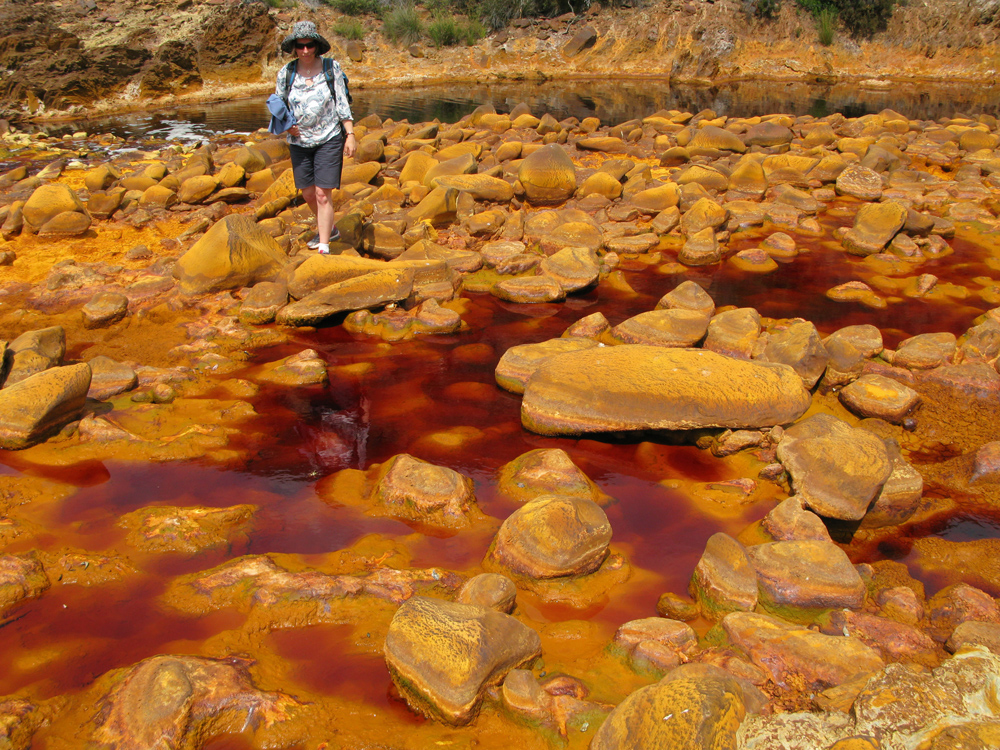 Fig. 1. AMD waters in the Rio Tinto, Spain. // Bild 1. AMD-belastetes Wasser im Rio Tinto, Spanien. Photo/Foto Lottermoser