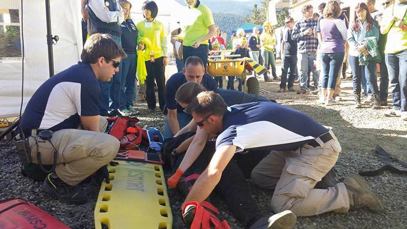Fig. 3. Demonstration Loading a Patient on a Back Board. // Bild 3. Richtiges Lagern eines Verletzten auf einer Trage.