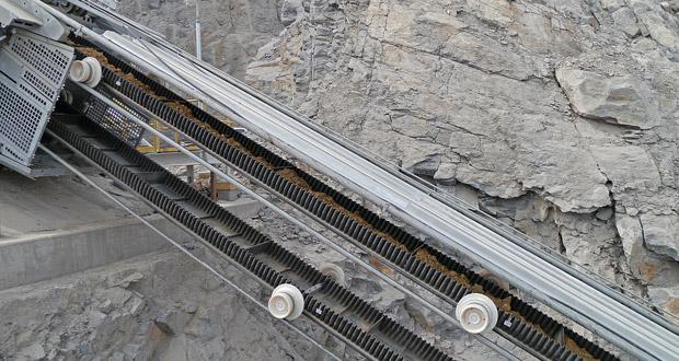 Fig. 2. Cleats prevent the material from slipping. // Bild 2. Stollen verhindern ein Durchrutschen des Materials auf dem Gurt. Photo/Foto: Doppelmayr