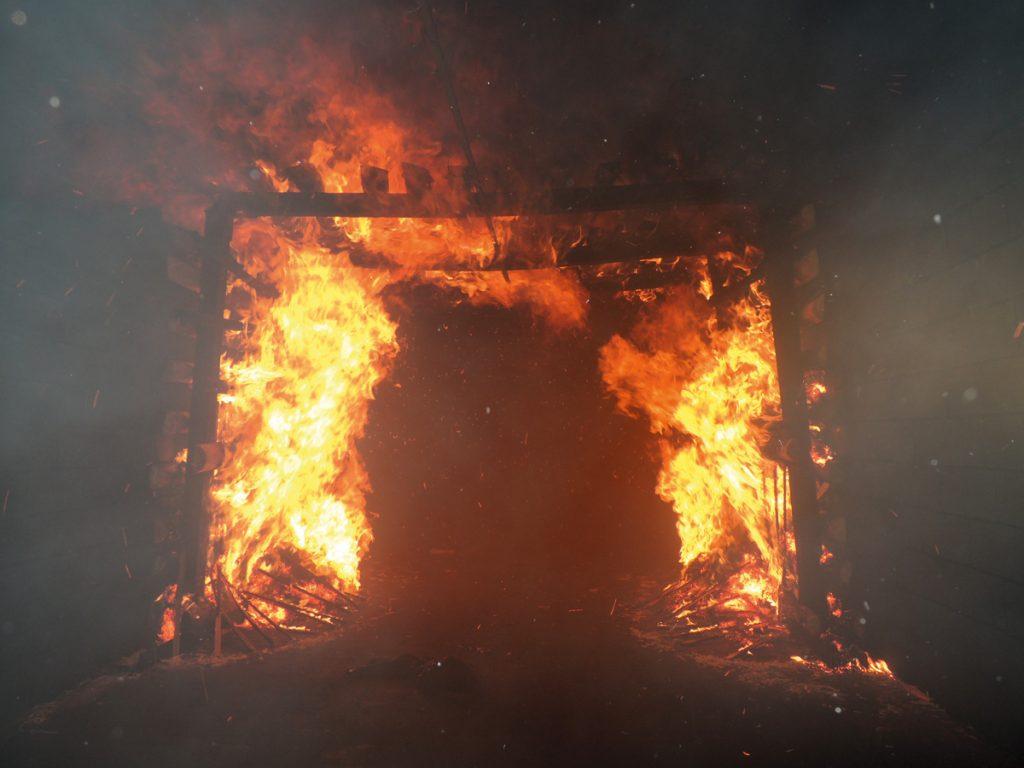 Fig. 7. Testing of plastic pipes mounted under the roof according to DIN 22100-5. The fire's approximate fire output is 3.3 MW. // Bild 7. Prüfung von an der Firste befestigten Kunststoffrohren nach DIN 22100-5. Die Wärmeleistung des Feuers beträgt ca. 3,3 MW.